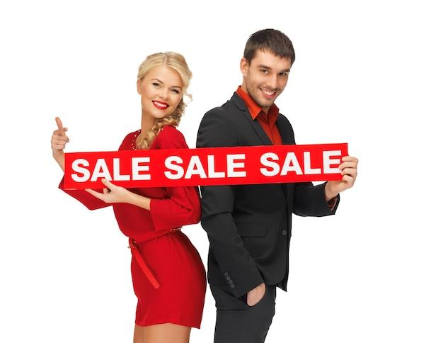 Jasny obraz mężczyzny i kobiety ze znakiem sprzedaży