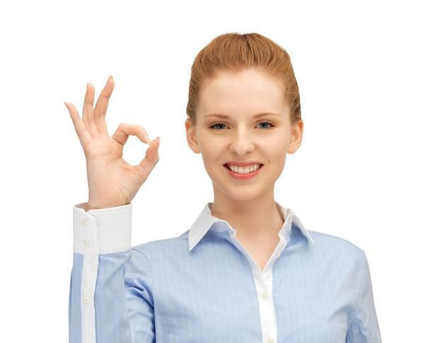 Jasny obraz młodej kobiety pokazujący znak ok