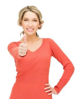 Jasny obraz młodej kobiety z kciukami do góry