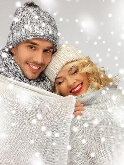 Jasny obraz pary rodzinnej pod ciepłym kocem