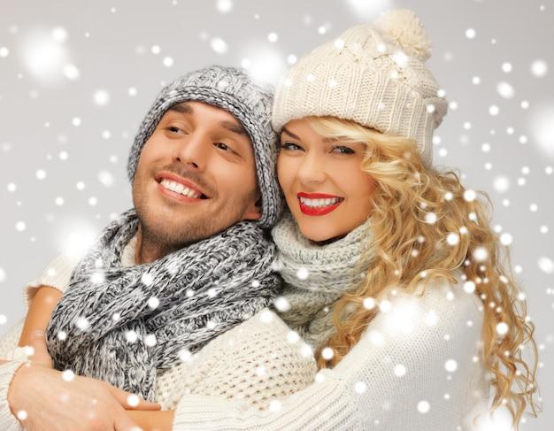 Jasny obraz pary rodzinnej w zimowych ubraniach