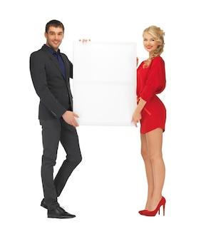 Jasny obraz pary trzymającej dużą pustą tablicę