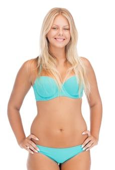 Jasny obraz pięknej kobiety w bikini