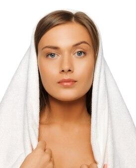 Jasny obraz pięknej kobiety w ręczniku