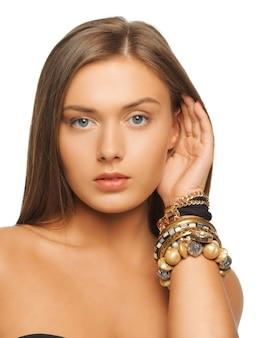 Jasny obraz pięknej kobiety z bransoletkami