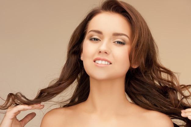 Jasny obraz pięknej kobiety z długimi włosami