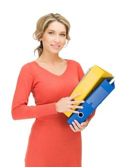 Jasny obraz pięknej kobiety z folderami