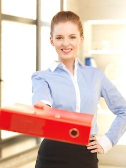 Jasny obraz pięknej kobiety z folderem