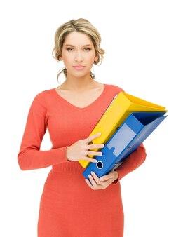 Jasny obraz pięknej kobiety z folderu.
