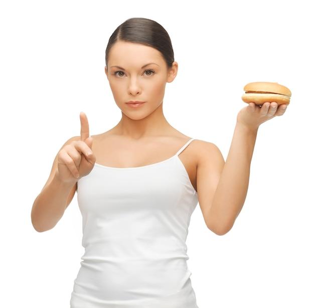 Jasny obraz pięknej kobiety z hamburgerem