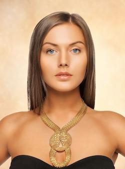 Jasny obraz pięknej kobiety z naszyjnikiem