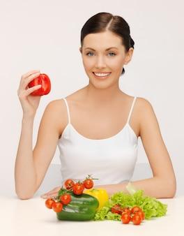 Jasny obraz pięknej kobiety z warzywami