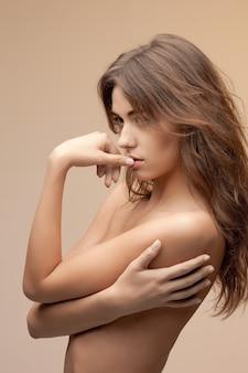 Jasny obraz pięknej topless kobiety z długimi włosami