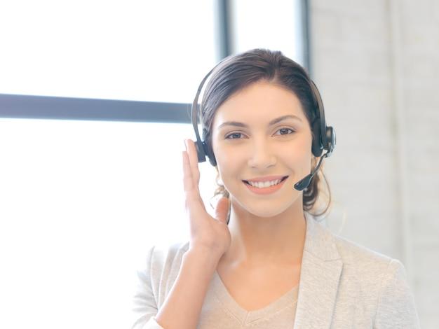 Jasny obraz przyjaznej kobiecej operatorki infolinii
