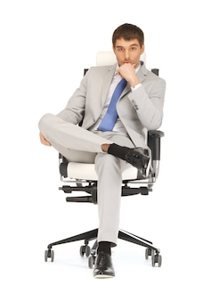 Jasny obraz przystojnego mężczyzny siedzącego na krześle
