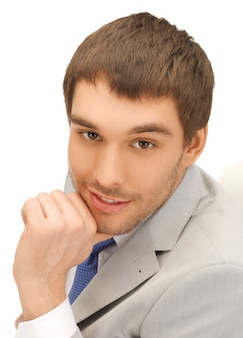 Jasny obraz przystojnego mężczyzny w garniturze.