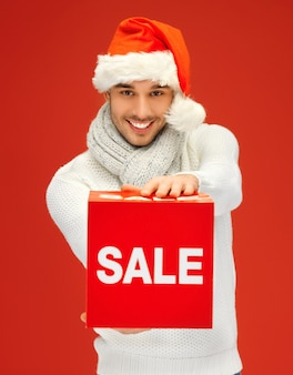 Jasny obraz przystojnego mężczyzny w świątecznym kapeluszu.