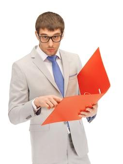 Jasny obraz przystojnego mężczyzny z folderami