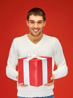 Jasny obraz przystojnego mężczyzny z prezentem.