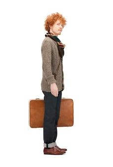 Jasny obraz przystojnego mężczyzny z walizką