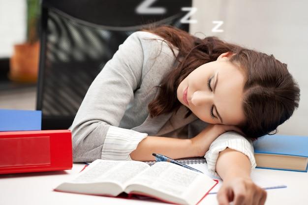 Jasny obraz śpiącej kobiety z książką