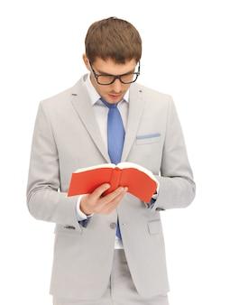 Jasny obraz spokojnego i poważnego mężczyzny z książką