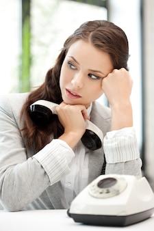 Jasny obraz spokojnej bizneswoman z telefonem