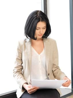 Jasny obraz spokojnej kobiety z dokumentami