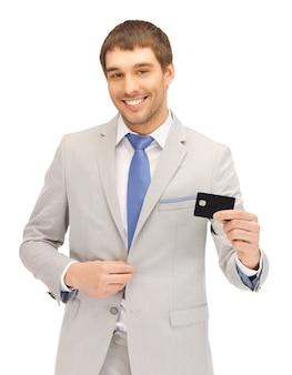 Jasny obraz szczęśliwego biznesmena z kartą kredytową