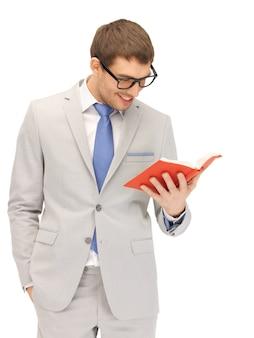 Jasny obraz szczęśliwego mężczyzny z książką