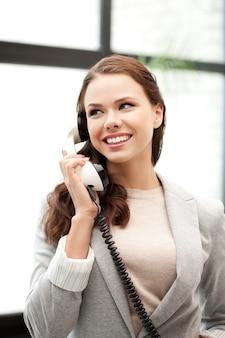 Jasny obraz szczęśliwej bizneswoman z telefonem