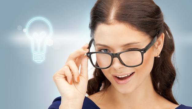 Jasny obraz szczęśliwej i uśmiechniętej kobiety w okularach