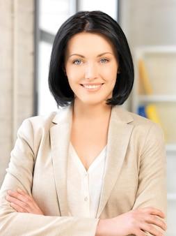 Jasny obraz szczęśliwej i uśmiechniętej kobiety