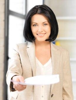 Jasny obraz szczęśliwej kobiety z dokumentami