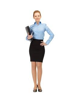Jasny obraz szczęśliwej kobiety z folderem
