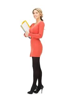 Jasny Obraz Szczęśliwej Kobiety Z Folderem Premium Zdjęcia