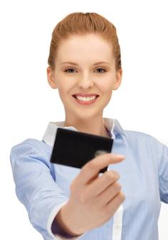 Jasny obraz szczęśliwej kobiety z kartą kredytową