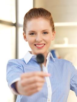 Jasny obraz szczęśliwej kobiety z kluczykiem samochodowym