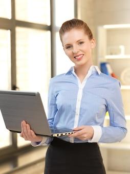 Jasny obraz szczęśliwej kobiety z laptopem
