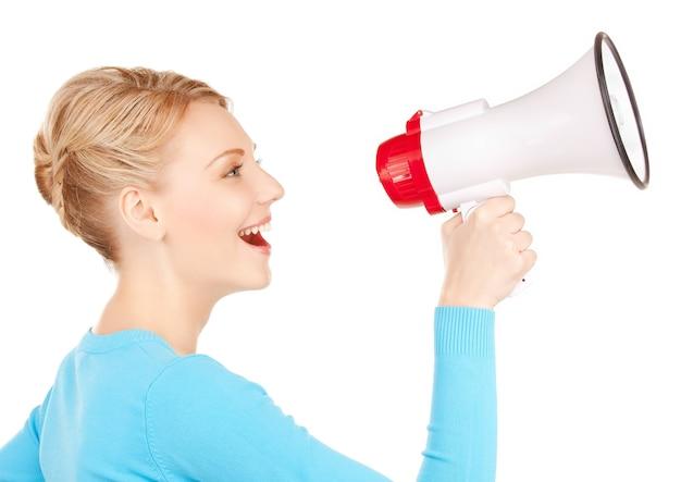 Jasny obraz szczęśliwej kobiety z megafonem
