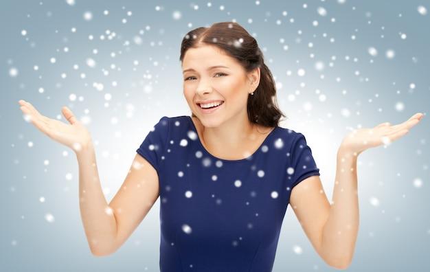 Jasny obraz szczęśliwej kobiety z wyrazem zaskoczenia
