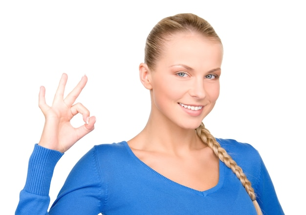 Jasny obraz uroczej kobiety pokazującej znak ok