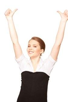 Jasny obraz uroczej kobiety z kciukami do góry