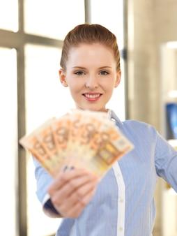Jasny obraz uroczej kobiety z pieniędzmi w euro