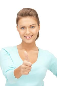 Jasny obraz uroczej nastolatki z kciukami do góry