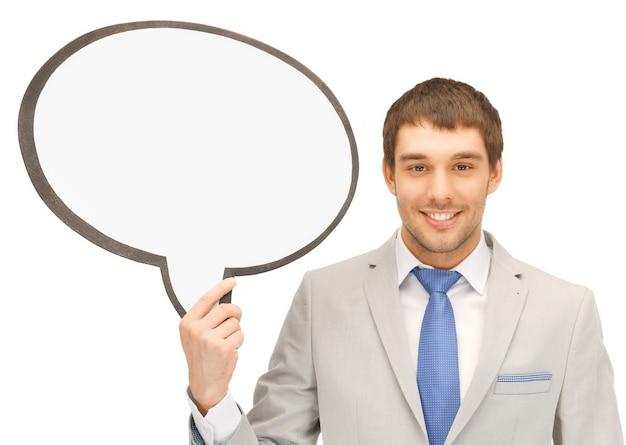Jasny obraz uśmiechniętego biznesmena z pustym dymkiem tekstowym.......