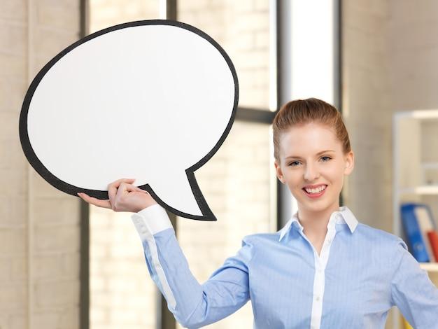 Jasny obraz uśmiechniętej bizneswoman z pustym dymkiem tekstowym