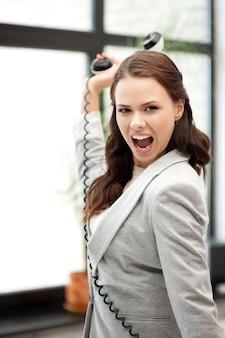 Jasny obraz wściekłej bizneswoman z telefonem