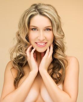 Jasny obraz z bliska pięknej kobiety topless