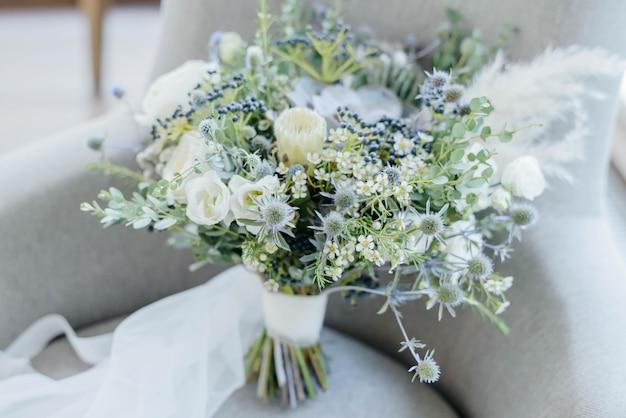 Jasny piękny bukiet ślubny z białymi kwiatami